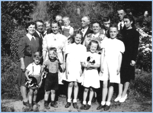 Extended Wiensz Family - Spring, 1946